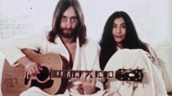 Джон Леннон и Йоко Оно с гитарой