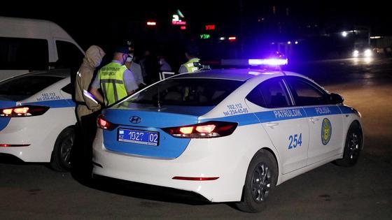 Полицейский автомобиль стоит на дороге