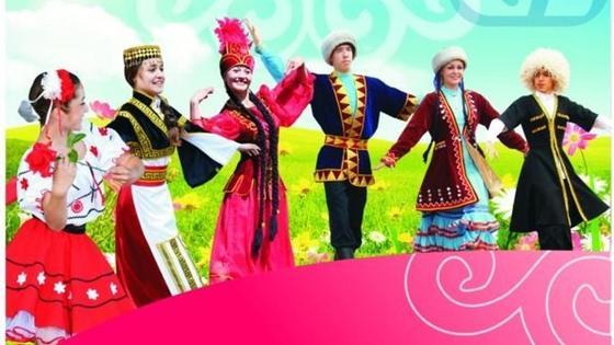 люди танцуют в национальных костюмах