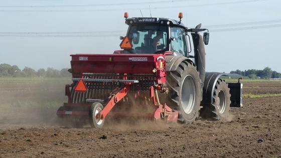 Трактор едет по полю