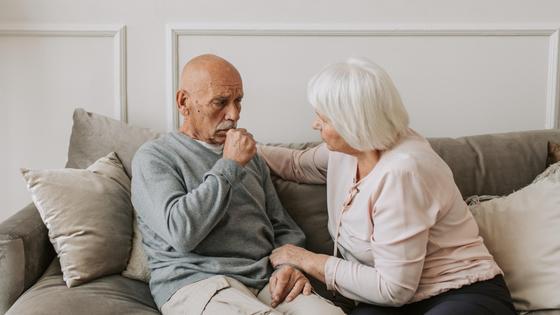 Мужчина с женщиной сидят на диване