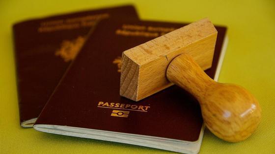 Паспорта лежат на столе