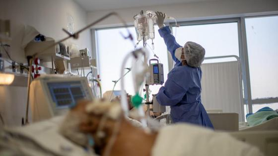 Медсестра проверяет капельницу у больного