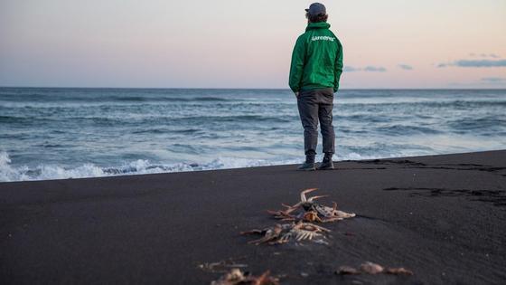 Сотрудник Гринпис на побережье Камчатки