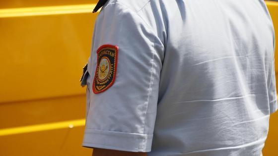 Полицейский в форме стоит на улице