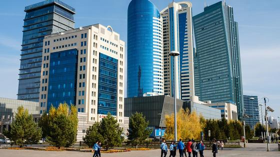 "Люди гуляют на бульваре ""Нурлы жол"" в Нур-Султане"