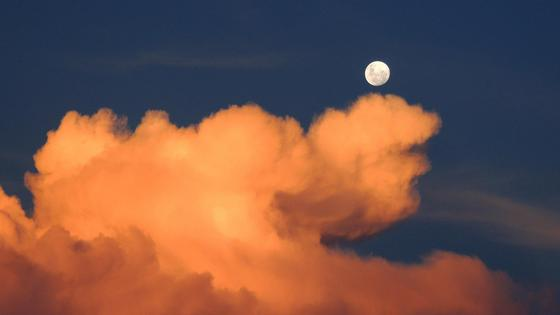 Луна плывет по небу в облаках