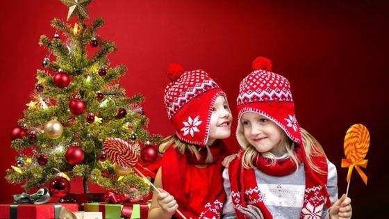 Девочки общаются возле новогодней елки