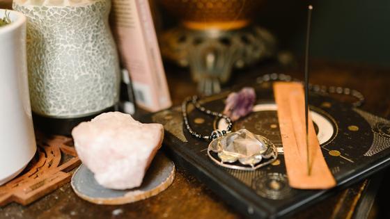 Магические предметы стоят на столе