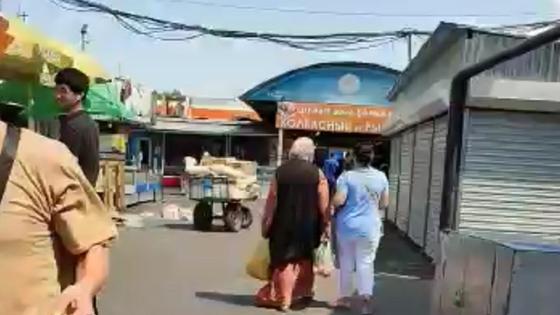 Женщины идут по рынку