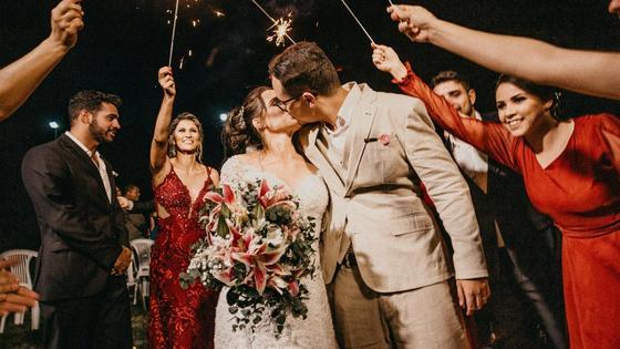 Молодоженов поздравляют с бракосочетанием