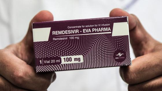 лекарство в руках врача
