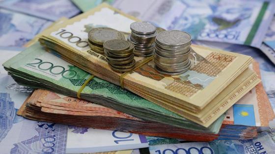 Пачки денег лежат на столе