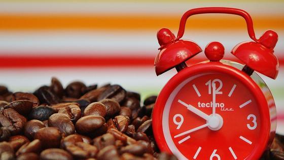 кофейные зерна и будильник