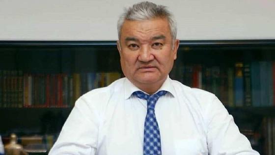 Ермак Салимов сидит за столом