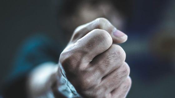 Парень показывает кулак