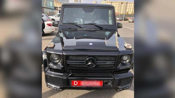 Машина черного цвета стоит на улице
