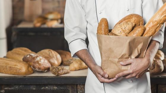 Мужчина держит пакет с хлебом