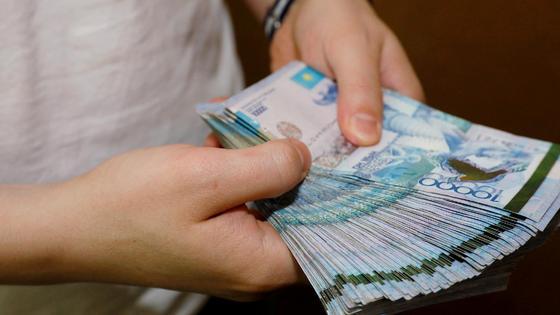 Мужчина держит в руках деньги