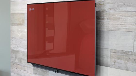 Телевизор висит на стене