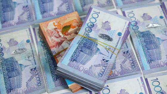 Две пачки денежных банкнот лежат на других банкнотах