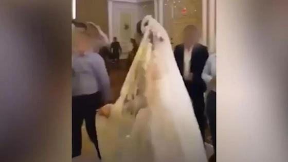 Гости танцуют на свадьбе
