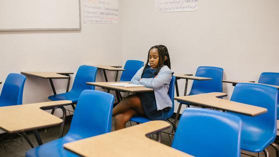 Девочка сидит в классе