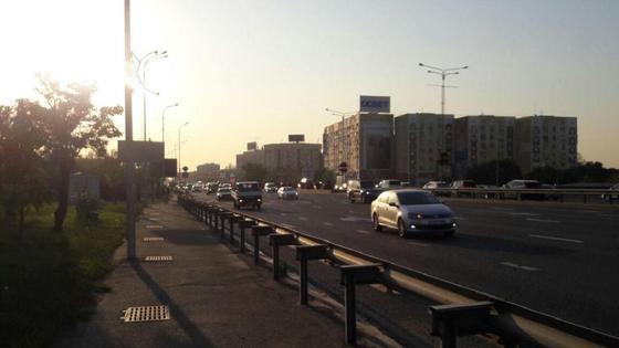 Машины едут по улицам Алматы