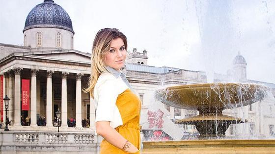 Екатерина Федун на фоне фонтана