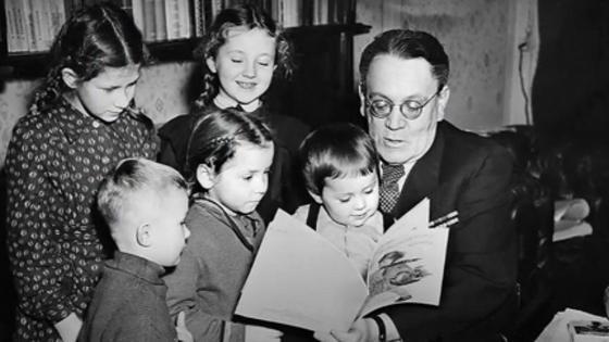 Самуил Маршак с юными читателями