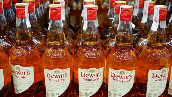 Бутылки виски стоят в ряд на прилавке