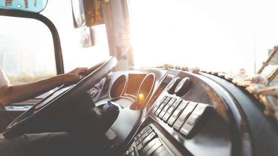 Водитель грузовика за рулем