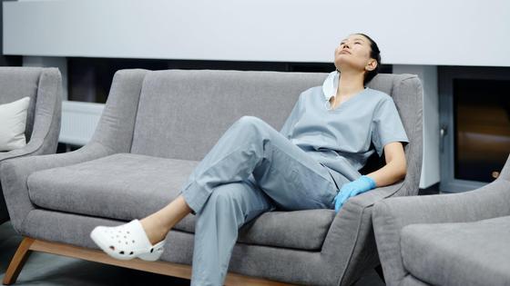 Медик сидит на диване