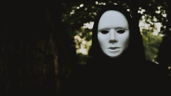 Человек в белой маске