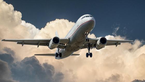 Самолет парит в небе