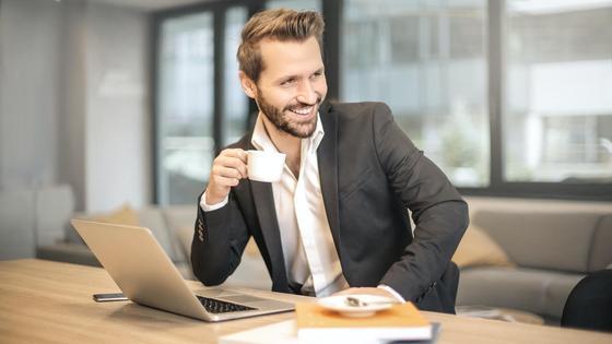 деловой мужчина с ноутбуком