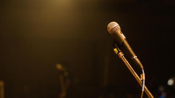 Стойка с микрофоном на сцене