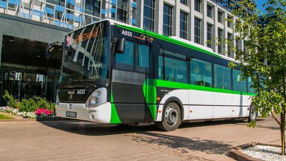 Автобус стоит у здания