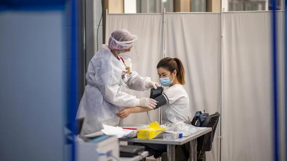 Медработница измеряет давление пациентке