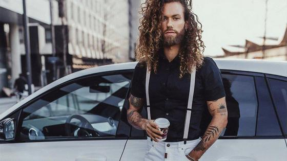 Мужчина стоит около машины