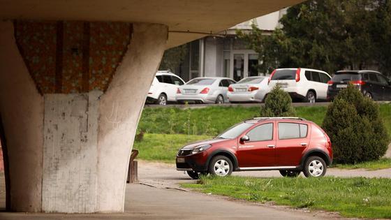 Автомобили стоят на парковке