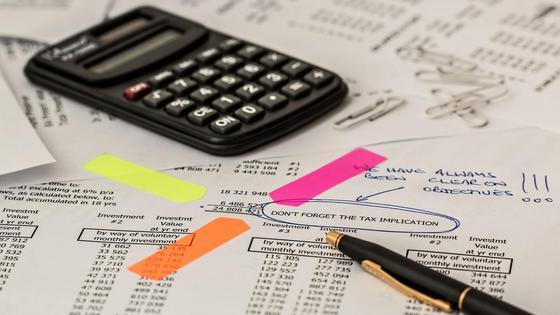 Отчет по бухгалтерии и калькулятор для подсчетов.