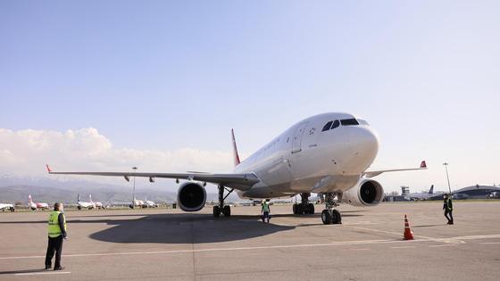 Самолет стоит в аэропорту Алматы