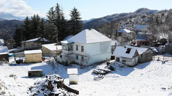 Несколько домов покрыты снегом