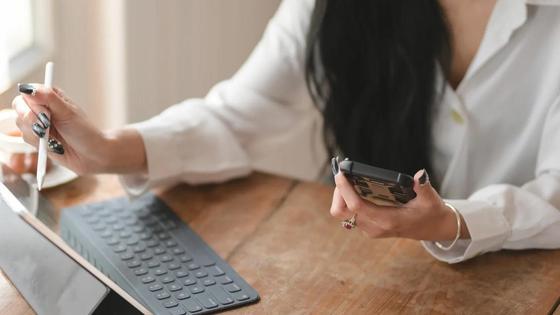 Деловая женщина смотрит в телефон