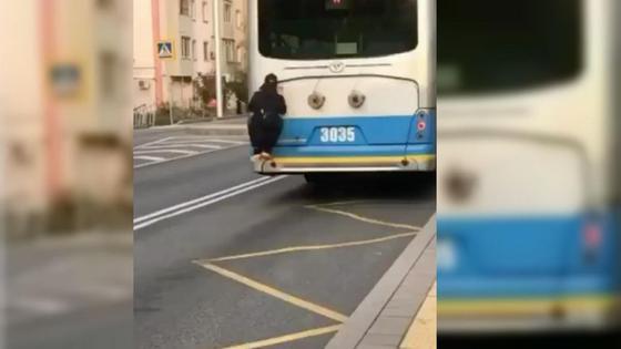 Парень зацепился за троллейбус