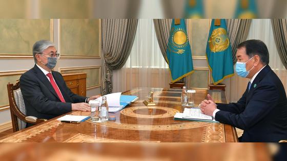 Касым-Жомарт Токаев и Кайрат Мами сидят за столом