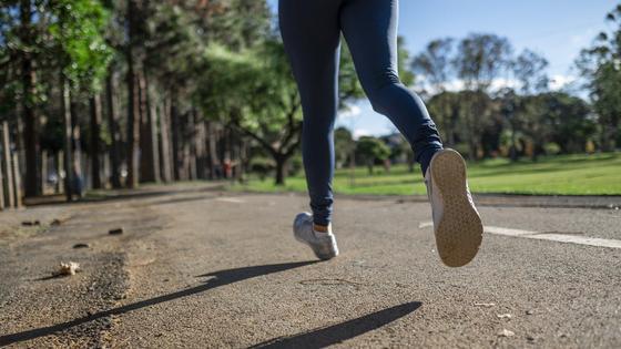 Женщина бежит по дороге