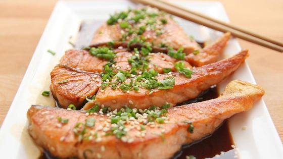 Блюдо из рыбы на тарелке