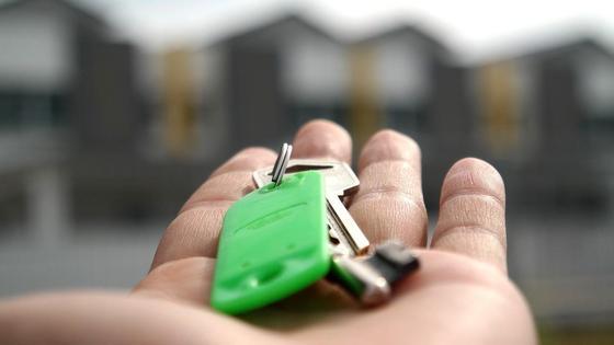 Мужчина держит ключи на ладони